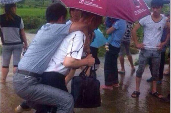 Chiny: dymisja urzędnika za bycie noszonym na plecach
