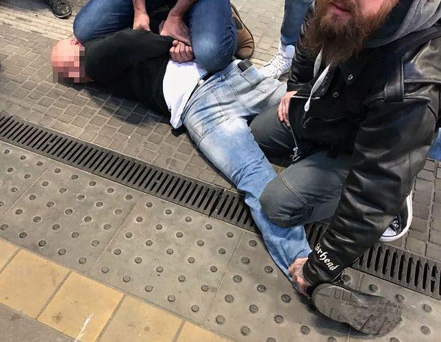 Zatrzymanie kieszonkowca przez żołnierza Żandarmerii Wojskowej z Warszawy na dworcu PKP w Gdańsku