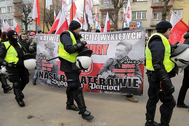 Hajnówka. Marsz narodowców w 2019 roku był  odgradzany kordonem policjantów, aby nie dopuścić do starcia z protestującymi przeciwko wydarzeniu.