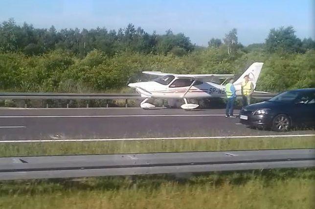Autostrada A4 zablokowana. Awaryjne lądowanie awionetki