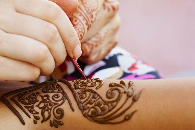 Henny używa się najczęściej do robienia tatuaży oraz farbowania włosów, brwi i rzęs
