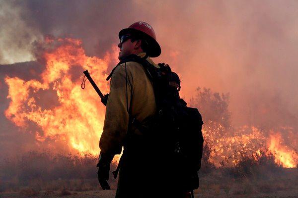 Ewakuacje przed wielkim pożarem w Kalifornii