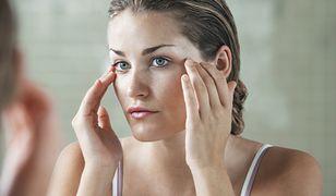 Rozszerzone pory skóry twarzy. Jak pokonać porowatą powierzchnię