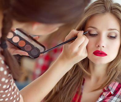 Proste triki, dzięki którym makijaż będzie się trzymał dłużej. Przetrwa całą imprezę