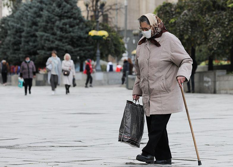 Nysa. Chciała pomóc wnukowi. Seniorka wyrzuciła 75 tys. zł przez okno