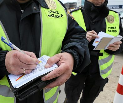 Strażnicy miejscy podczas rutynowej kontroli w Warszawie.