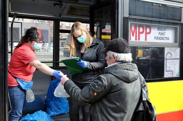 Koronawirus w Warszawie. Mobilny Punkt Poradnictwa wydaje paczki żywnościowe bezdomnym. Na zdjęciu punkt w alei Jana Pawla II.