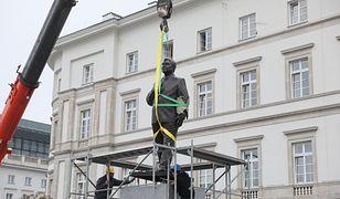 Odlana z brązu rzeźba stanęła w środę na placu Piłsudskiego