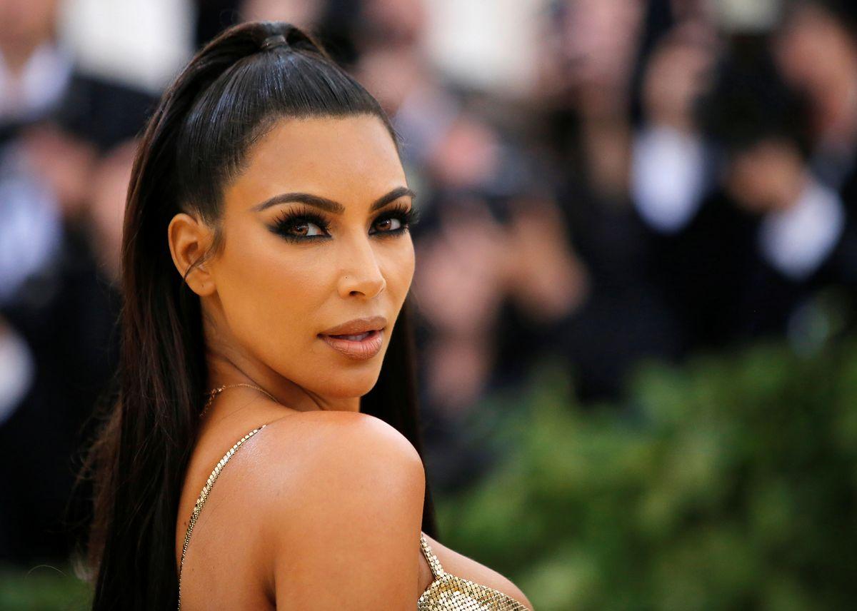 Metamorfoza Kim Kardashian. Szczupła celebrytka pozuje w skąpym bikini