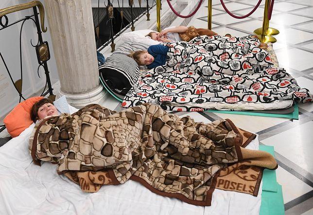 Wciąż trwa protest rodziców dorosłych osób niepełnosprawnych w Sejmie.