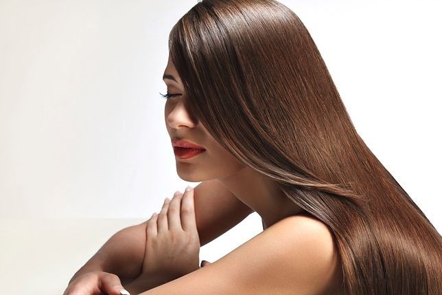 Piękne brązowe włosy, pełne blasku, to wspaniała ozdoba dodająca wdzięku każdej kobiecie