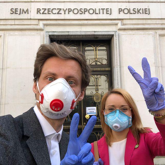Posłowie przed wejściem do budynku Sejmu na czwartkowe głosowanie.