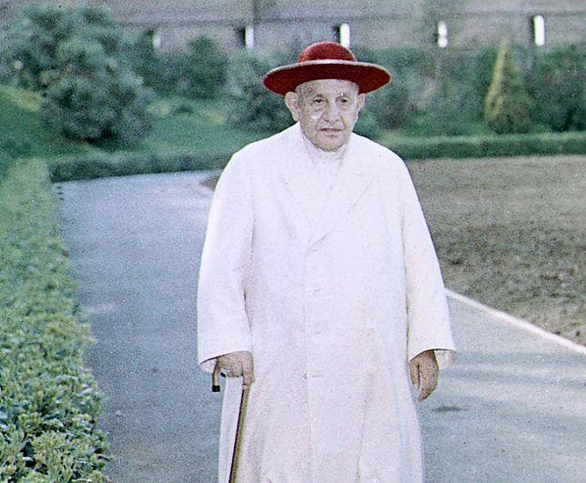 Papież Jan XXIII podczas spaceru w watykańskich ogrodach, 15 kwietnia 1963 r.
