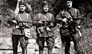 Włado Czernozemski (w środku) w mundurze ustaszy - chorwackich faszystów