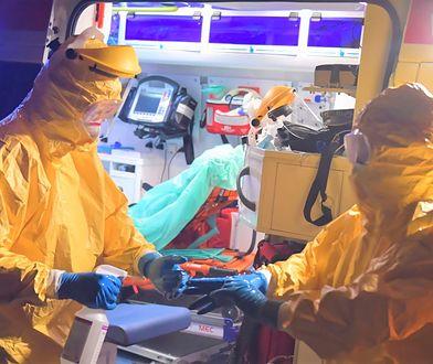 Warszawa: pogotowie ratunkowe transportuje kolejną osobę podejrzaną o zakażenie wirusem Covid-19