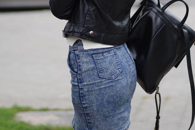 Jeansowa spódnica wydłuża nogi, podkreśla kobiece kształty i jest prawie tak uniwersalna jak jeansowe spodnie
