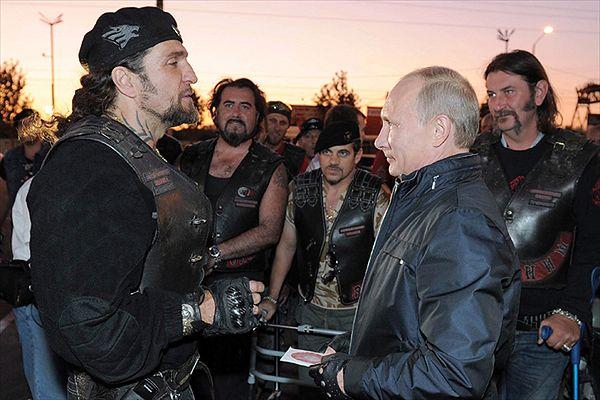 Władimir Putin i szef Nocnych Wilków Aleksander Załdostanow