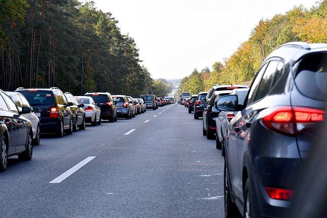 """Sejm przyjął nowe przepisy ws. jazdy na """"suwak"""" i """"korytarza życia"""""""