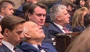 Ma przymknięte oczy, wygląda na śpiącego. Takiego Janusza Korwin-Mikkego uchwycono w Sejmie