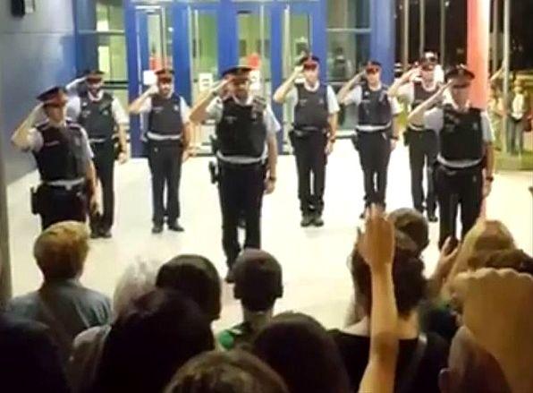 Katalońscy policjanci odbierają hołd mieszkańców
