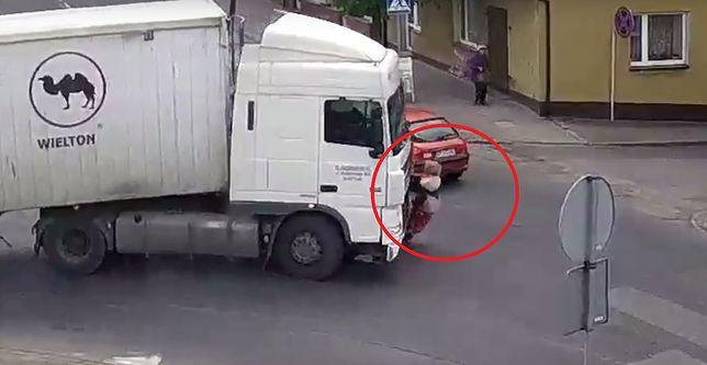 Przerażające nagranie z wypadku. Kobieta cudem uniknęła śmierci