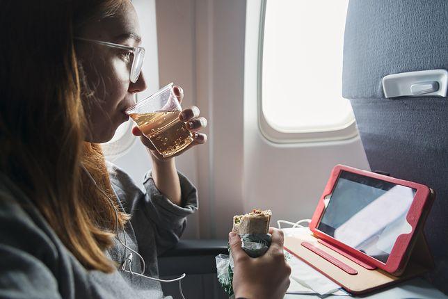 Czy wypada brać swoje jedzenie do samolotu?