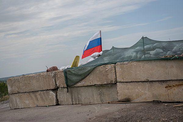 Rosyjska flaga przy posterunku separatystów