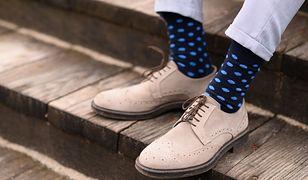 Jak właściwie nosić kolorowe skarpetki? Wyróżnij się w tłumie