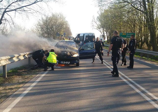 O krok od tragedii. Z płonącego auta wyciągnęli ich policjanci