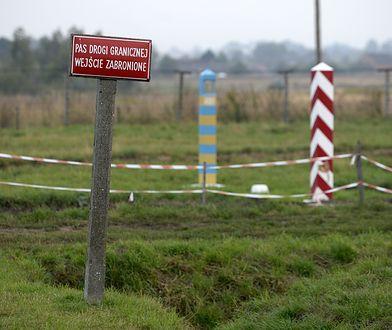 Wzdłuż granicy stoją tablice informujące o zakazie przebywania w pasie drogi granicznej.