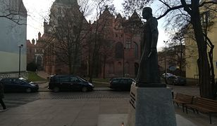 Pomnik ks. Henryka Jankowskiego przed kościołem św. Brygidy w Gdańsku