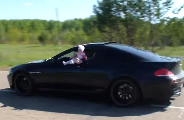 Kierowca BMW naraża życie swojego dziecka. Co chciał w ten sposób osiągnąć?