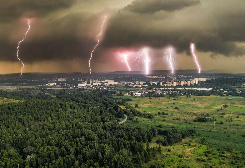 Burza nad Małopolską. Sześć piorunów w jednym miejscu. Niesamowite ujęcie