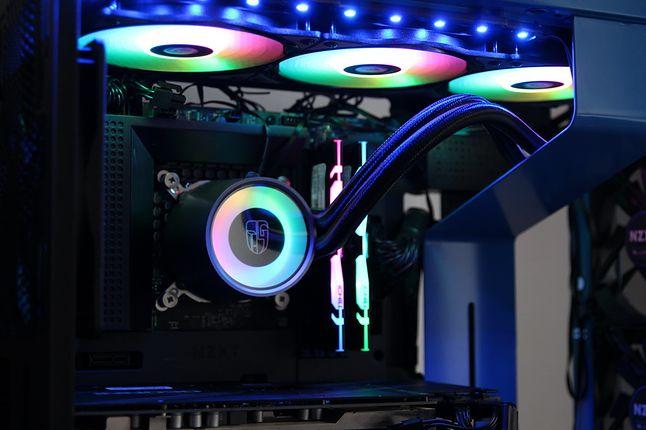 Castle 360RGB V2, podobnie jak Kraken, za swój atut uznaje minimalistyczne wzornictwo.