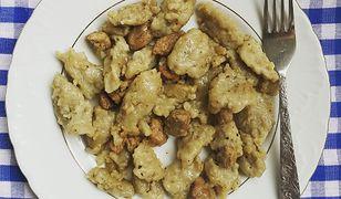 Szare kluski przygotowuje się z surowych, tartych ziemniaków.
