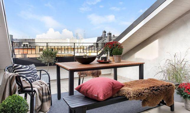 Wybierając meble na balkon, warto zwrócić uwagę na produkty z wysokiej jakości tworzywa, np. technorattanu.