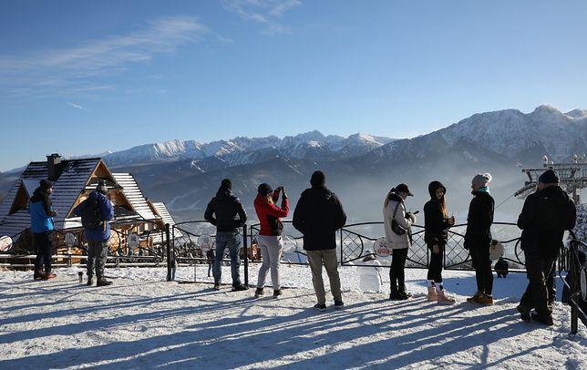 Turyści w Zakopanem korzystający z pięknej pogody w przeddzień narodowej kwarantanny