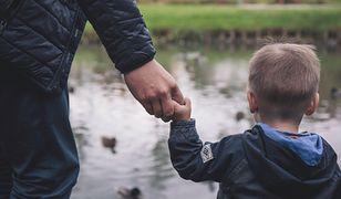 """""""Ojciec z dzieckiem – jak świnka morska"""". O dyskryminacji ojców w miejscach publicznych"""