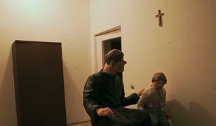 """Kadr z filmu """"Zabawa w chowanego"""" braci Sekielskich"""
