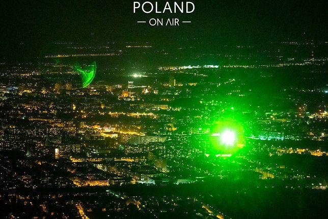 Wiązka światła laserowego, którą uwiecznili na zdjęciach fotografowie. Dzięki temu namierzyli sprawcę