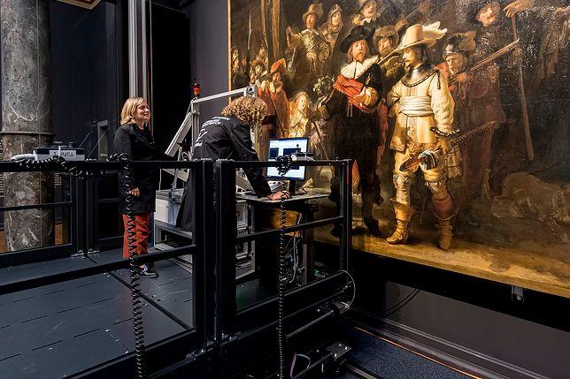 """""""Straż nocna"""" Rembrandta jest konserwowana na oczach zwiedzających"""