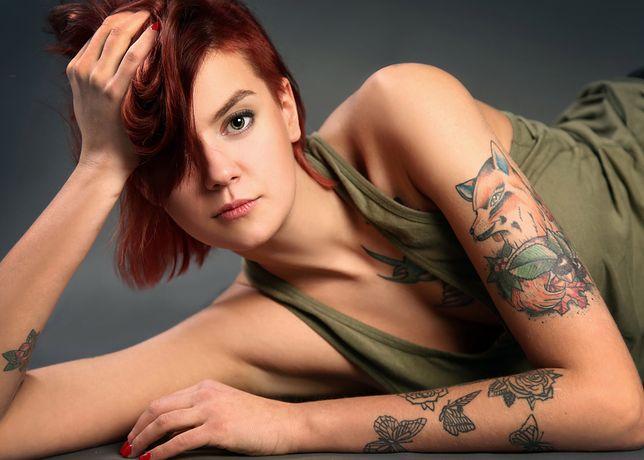 Młode dziewczyny preferują tatuaże na rękę inspirowane naturą