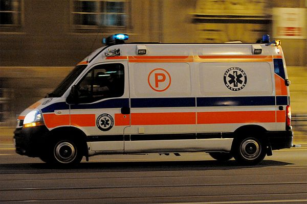 Samochód przejechał mężczyznę leżącego na środku ulicy w centrum Piły