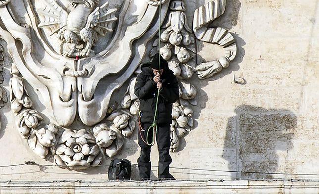 Spektakularny protest na fasadzie bazyliki Świętego Piotra zakończony