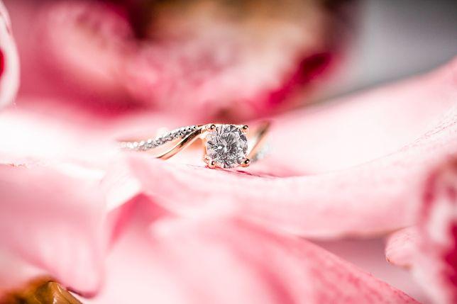 Klasyczne pierścionki zaręczynowe zdobi się najczęściej szlachetnymi diamentami albo cyrkoniami