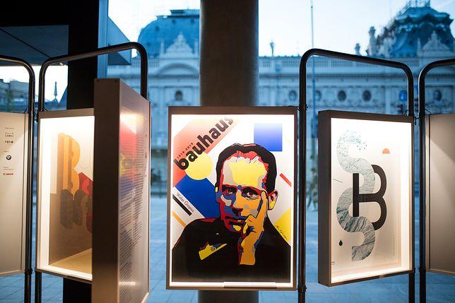 Dorobek Bauhausu w postaci plakatów nawiązujących do słynnej szkoły