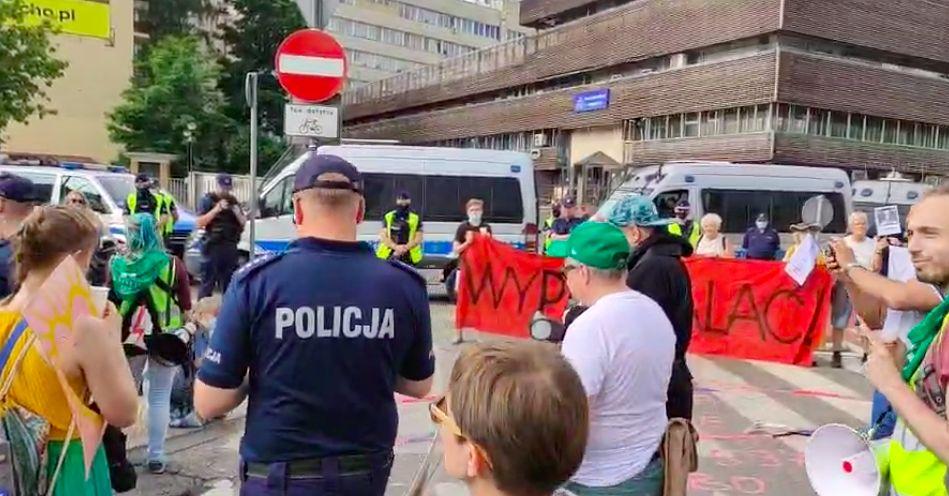 Warszawa. Sobota to w stolicy dzień protestów. Na ulice wyszli uczestnicy kilku marszów. Manifestuje Strajk Kobiet, przedsiębiorcy, środowiska LGBT. Idą także narodowcy