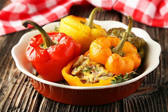 Papryka faszerowana to rodzaj dania, którego głównym składnikiem jest pieczona papryka wypełniana najróżniejszymi farszami