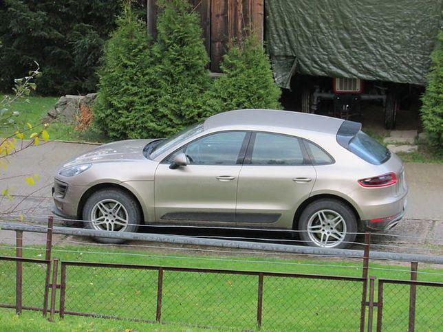 Porsche Macan proboszcza przed kościołem