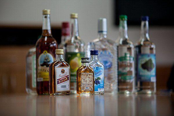 Butelki nielegalnego alkoholu, takie same jak te, w których w Czechach sprzedawany był trujący alkohol metylowy